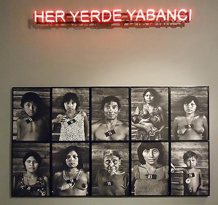 "Øverst: Claire Fontaine ""Her yerde yabanci / Foreigners Everywhere"", 2010. (Courtesy the artist/ Air de Paris/ Galerie Chantal Crousel, Paris, France). Nederst: Claudia Andujar ""Vertical 11 of the series MARCADOS"", 1981/1983. (Courtesy Galeria Vermelho,São Paulo,Brazil) Foto Seismopolite."